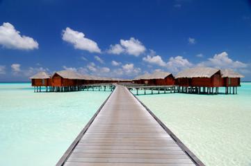 Ponton et bungalows dans le Lagon aux Maldives