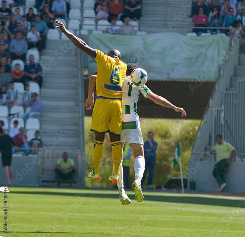 futbolistas luchando balón aéreo