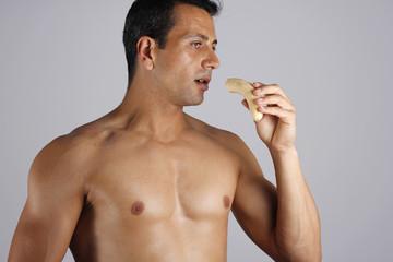 Hombre deportista comiendo platano