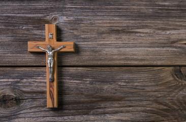 Holz Hintergrund mit Holzkreuz als Trauerkarte