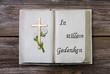 Schlichte Dekoration fürs Grab: Buch mit Text und Kreuz