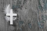 Trauerkarte: Holz Hintergrund mit Kreuz in Weiß - 64954044