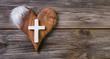 Letzter Gruß am Grab: Holz Herz mit Kreuz