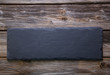 Rustikaler Holz Hintergrund mit Schiefertafel in Schwarz