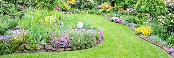 toller Garten mit verschiedenen Blumen