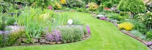 Staande foto Tuin toller Garten mit verschiedenen Blumen