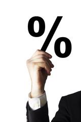 businessmann haelt prozentzeichen hoch isoliert
