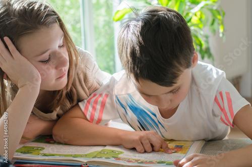 Leinwanddruck Bild Kinder beim Lesen
