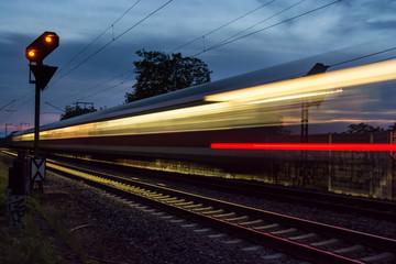 Zug bei Nacht