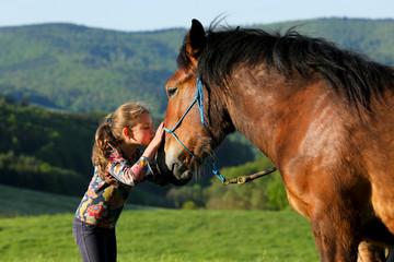 Mädchen küsst Kaltblut