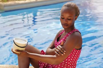 femme africaine mettant beurre de karité