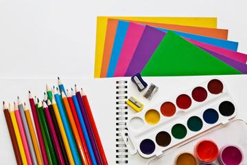 краски, карандаши, цветная бумага
