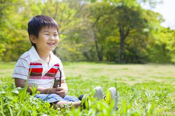 草原で遊ぶ笑顔の子供