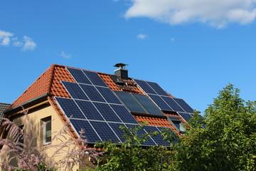 Schräges Dach mit Solaranlagen