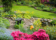 Garten mit schöner Bepflanzung und Sitzbank