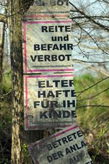 Reiten verboten Schild an Baum
