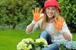 Junge Frau hat Spaß bei der Gartenarbeit