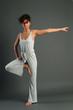 hübsche Frau macht Yoga