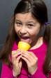 canvas print picture - junges Maedchen leckt an einer Zitrone