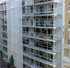 Préparation d'un échafaudage devant un immeuble