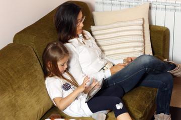 Mamma e figlia in relax sul divano