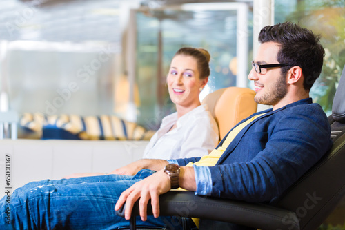 Paar kauft Sessel in Möbel Geschäft  - 65008867