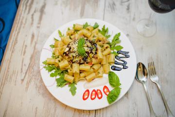 Makaron rurki (tubi) na rukoli, czosnek, oliwa, parmezan, bazyli
