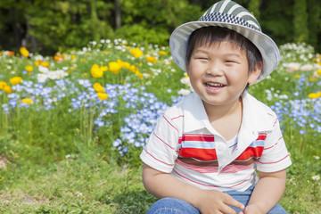 花畑の笑顔の子供