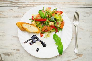 Sałatka włoska: mozzarella, salami, sałata, rukola, pomidor,