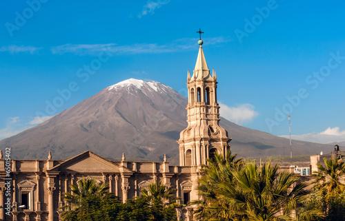 Leinwanddruck Bild Volcano El Misti overlooks the city Arequipa in southern Peru