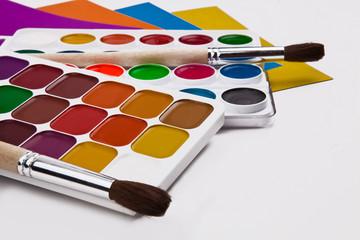 Краски, кисти и цветная бумага