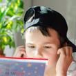 Kind mit Buch und Kopfhörer