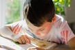 Leinwanddruck Bild Junge beim Lesen
