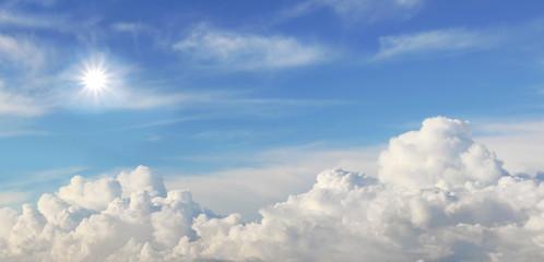 Panorama strahlender Himmel mit Sonne