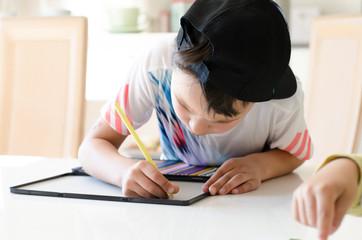 Kinder am Tisch beim Malen