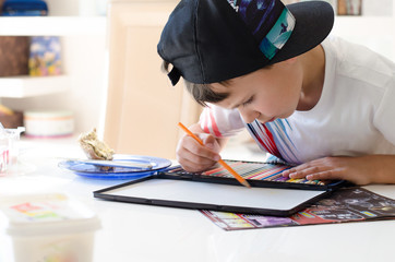 Junge malt mit Buntstiften