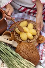 вареная картошка, хлеб и колосья
