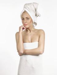 Frau in Handtuch eingewickelt