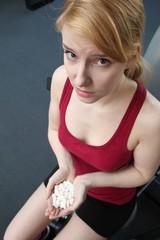 Pillen - Doping beim Sport im Fitnessstudio (Fokus auf Gesicht)