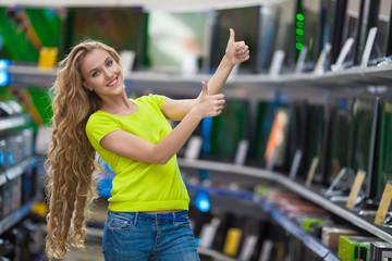 Девушка в магазине телевизоров