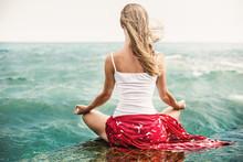 Jonge vrouw meditatie op het strand