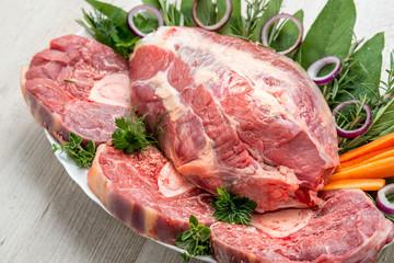 Tagli di carne bovina cruda appoggiati su un piatto