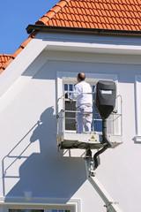 Maler auf Hubbühne