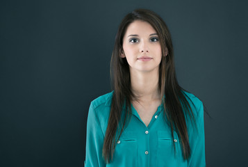 Portrait einer jungen ernsten Frau
