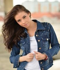 Jeune femme à l'extérieur portrait.