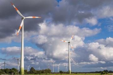 Windkraftanlagen und Wolken