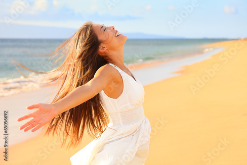 Leinwandbild Motiv Free happy woman on beach