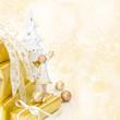 Weihnachtlicher Hintergrund als Grußkarte in Gold mit Engel