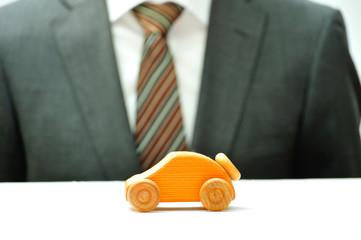 車を販売するビジネスマンの手