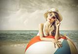 Kobieta na plaży z dużą piłką - 65058685